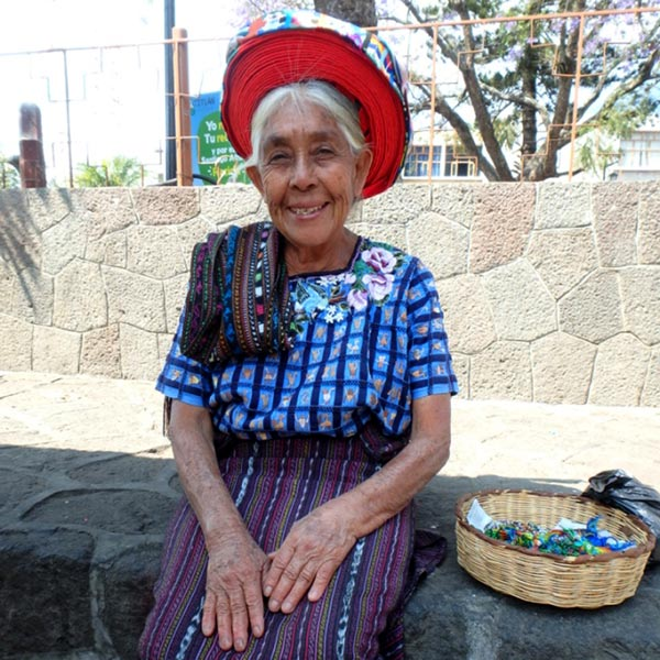 昔ながらの伝統衣装を着ている女性。この頭飾りをしている人は、他に1人だけしか見掛けませんでした