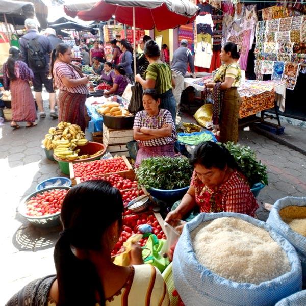 女性の姿が多いサンティアゴ・アティトランの定期市。トマトがとても美味しそうでした♪