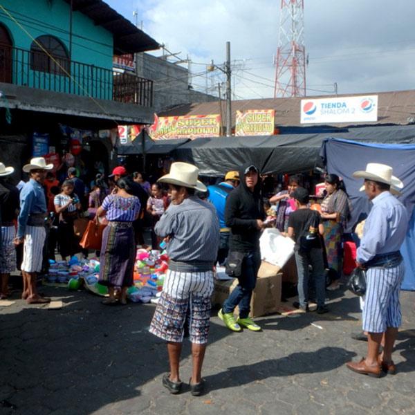 男性の衣装が印象的な村、サンティアゴ・アティトラン