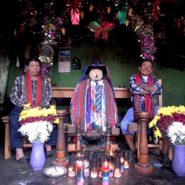 タバコと酒を嗜む神様、マシモン Maximón。他の地域ではサン・シモン San Simónと呼ばれていました