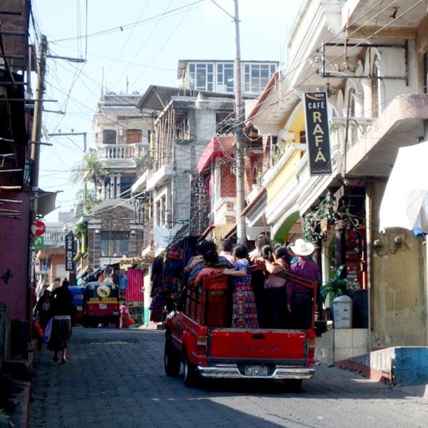 乗合のピックアップトラックに乗って、周辺の村から続々と人がやって来ていました