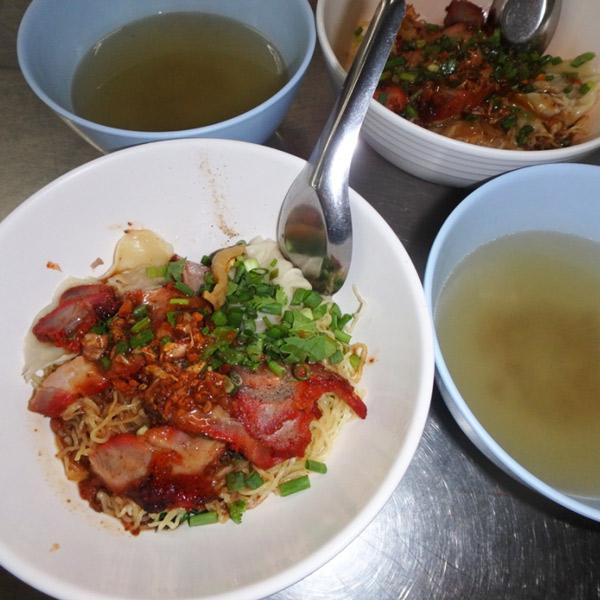 豚肉とワンタンがのっているお気に入りの汁なし麺、Red Pork Noodles。鶏がらスープ付きで1人前50バーツ(約180円)