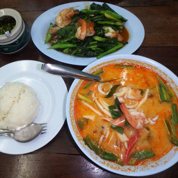 エビ好きの私たちの晩ご飯。タイ料理は本当に美味しいですね〜♪