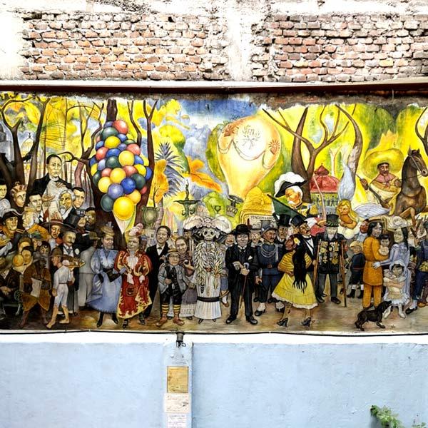 ペンションアミーゴ Pension Amigoの中庭に描かれている感動的な壁画