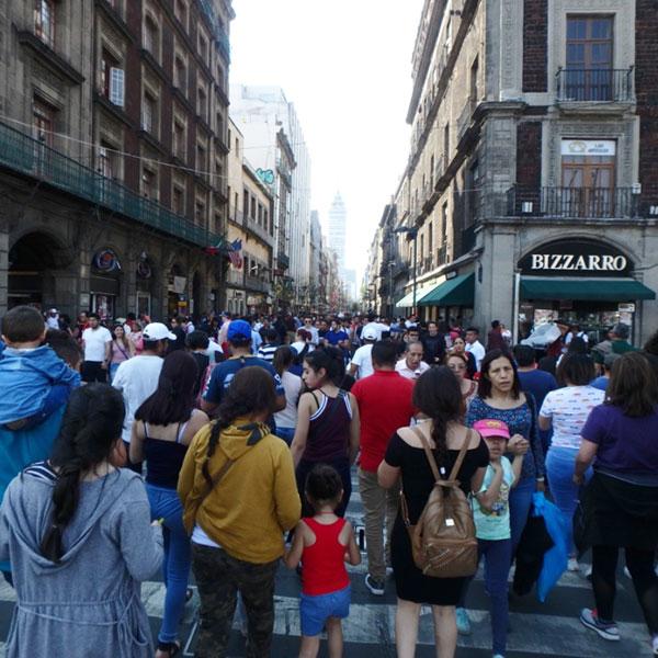日曜日に多くの人で賑わっているフランシスコ1世マデロ通り Av Francisco I. Madero