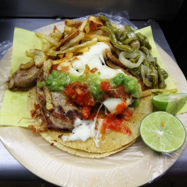 薄切りの大きな牛肉とチーズのタコス Tacos de bistec con queso、20ペソ(約120円)。お肉が柔らかくてとても美味♪付け合わせのノパル(サボテン)が最高!
