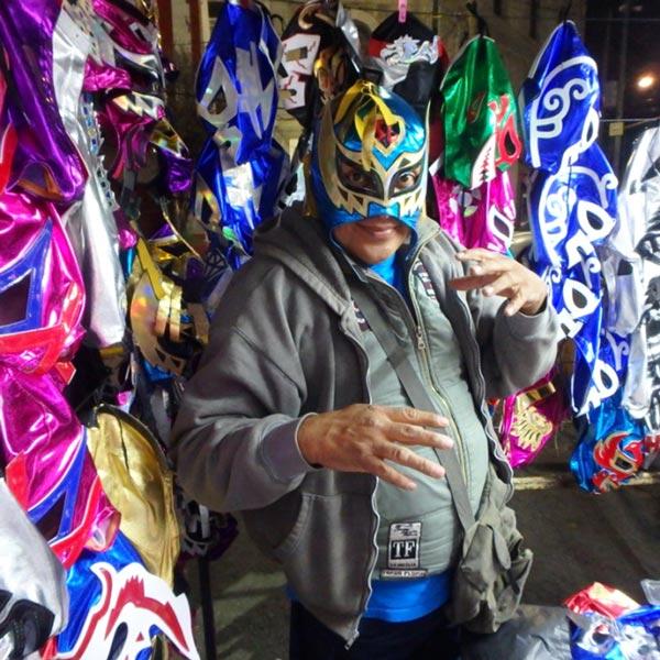 ルチャリブレ Lucha Libreの元レスラーだったというマスク屋さんがポーズをとってくれました♪マスクを被ると別人に!!