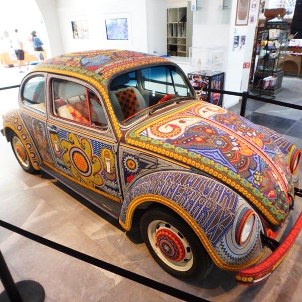 ポピュラーアート美術館 Museo de Arte Popularの入り口に展示されている、ウイチョル族のビーズ装飾が施されたフォルクスワーゲン、ボチョル El Vochol