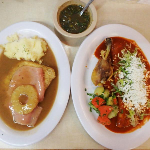 メキシコシティでのランチ。メインの他にスープ、ミニスパゲッティ、パン、ジュース、コーヒー、デザートが付いたお得なランチセットはサービス料込みで1人115ペソ(約670円)。Pechuga al horno con  jamón y piña & Enchiladas mineras