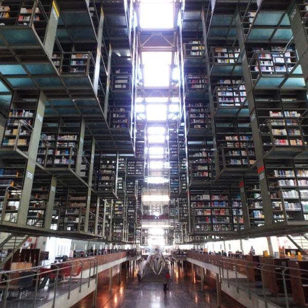 ブエナビスタ駅の隣にあるモダンな図書館、ビブリオテカ・バスコンセロス Biblioteca Vasconcelos。入館と本の閲覧、パソコンとWifiの利用が無料