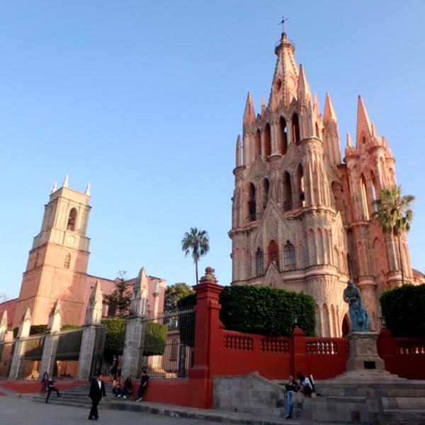 街の中心に立つピンク色の美しい教会、サンミゲル教区教会 Parroquia de San Miguel Arcángel