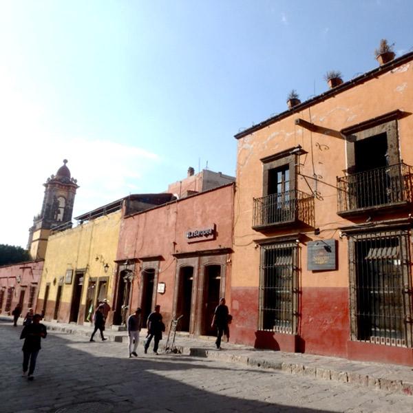 煉瓦色やからし色の落ち着いた色合いの建物が立ち並ぶサンミゲル・デ・アジェンデの町並