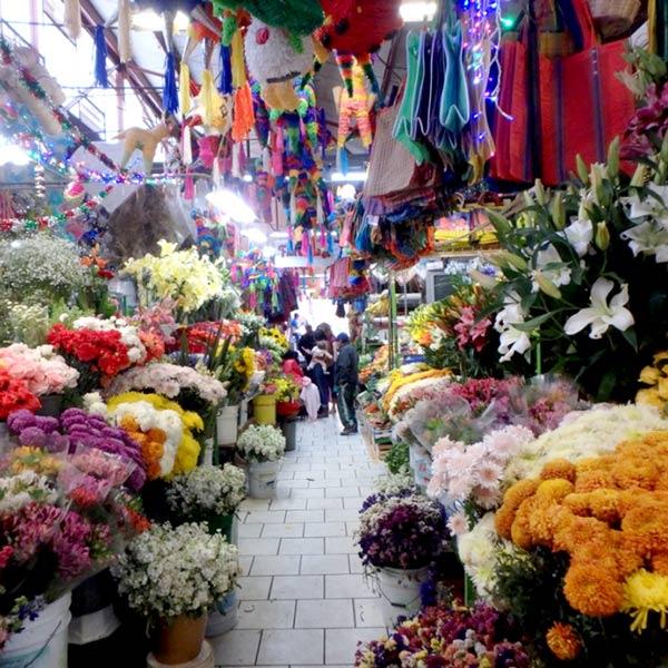 メルカド(市場)の生花コーナー。この町では花を抱えて歩いている人をよく見掛けました。それがまた美しい町並みに合っていてとても素敵でしたよ〜♪