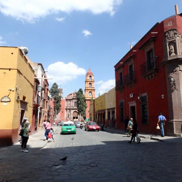石畳の通りを歩いて街を散策。中央の教会は1714年に建てられたサンフェリペ・ネリ教会 Oratorio de San Felipe Neri